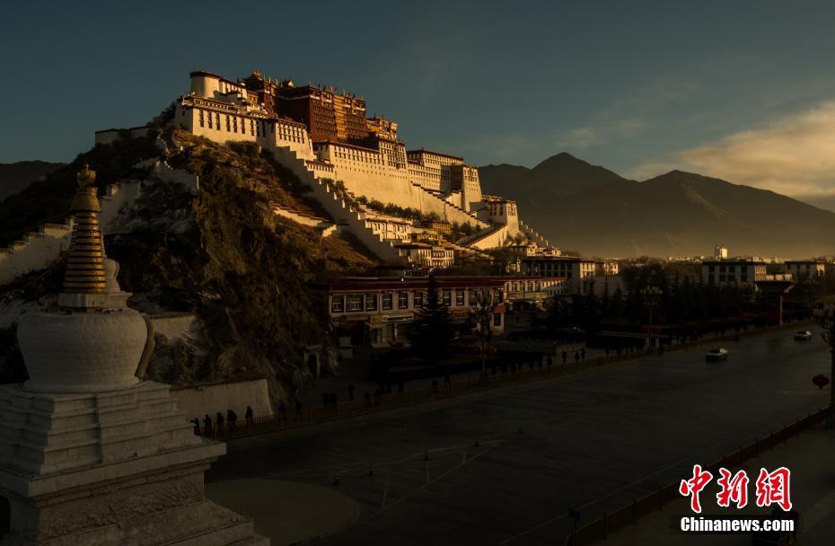 西藏布达拉宫迎新年第一缕阳光 景色雄奇壮丽