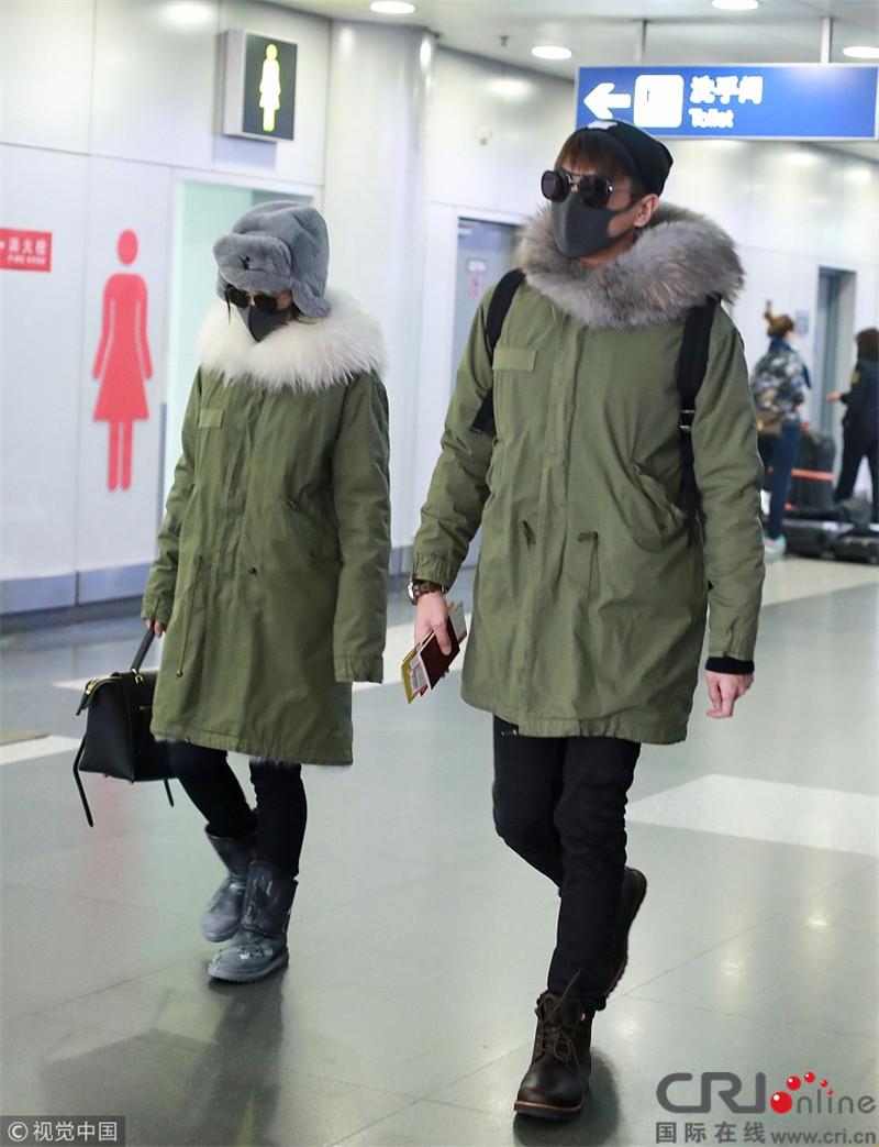 张若昀唐艺昕穿情侣装合体现身机场 罕见秀恩爱