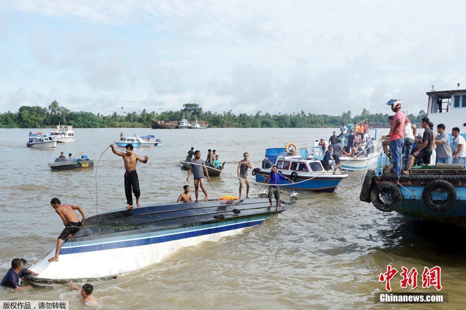 印尼海域一载有48人船只倾覆 至少8人死亡