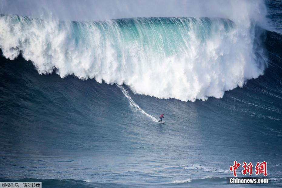 葡萄牙北方小镇巨浪滔天 冲浪爱好者乐在其中