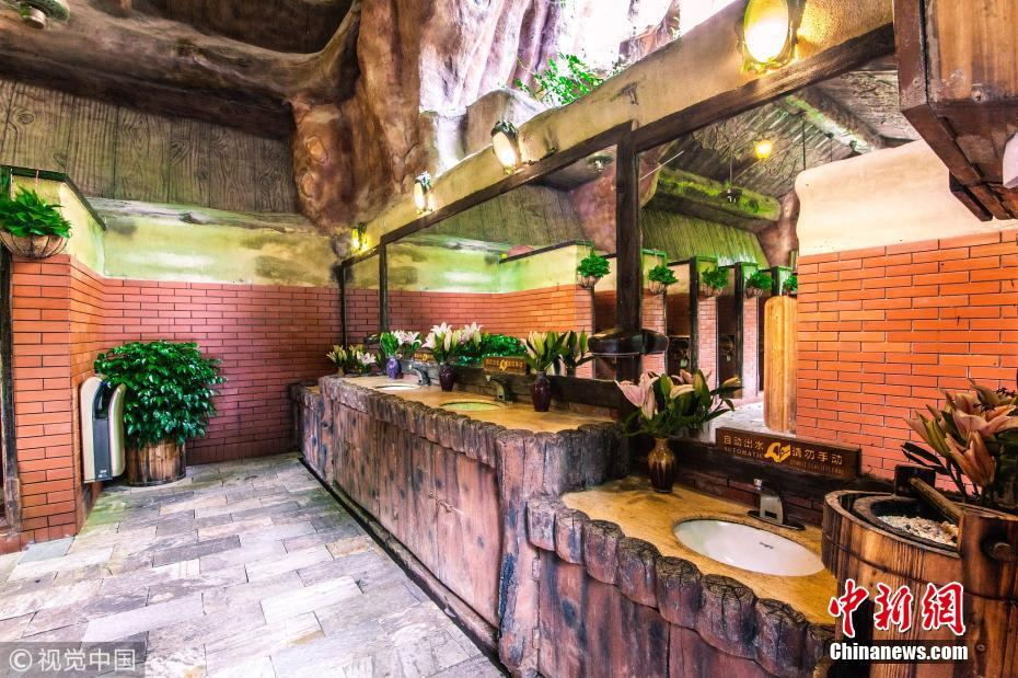 广东佛山一厕所酷似艺术空间 游客可吃东西玩游戏