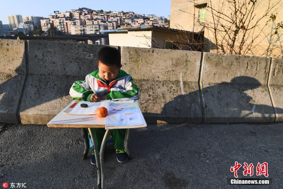 贵阳8岁男孩50米高架桥上写作业 母亲在旁看护