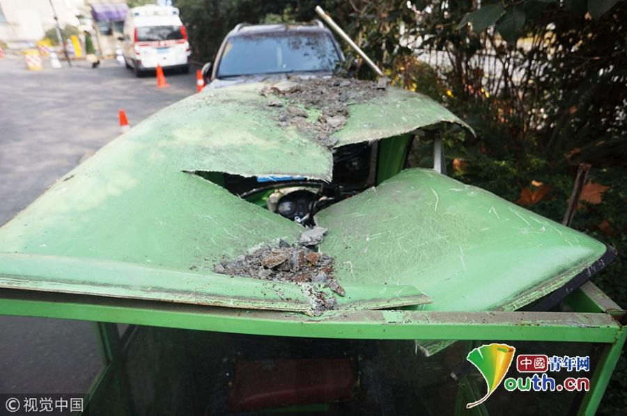 杭州一医院假山倒塌 砸坏两辆小车