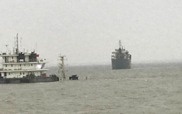 现场:上海吴淞口载13人船沉没 船上3人获救