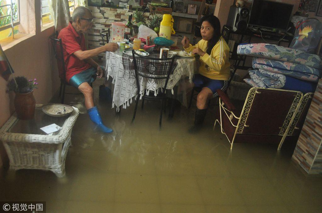 台风袭击菲律宾 民众水中淡定吃饭