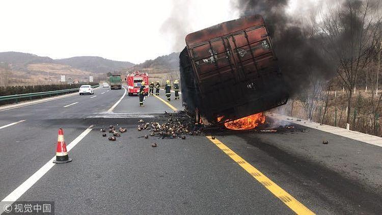 陕西货车高速起火 11吨蔬菜被烧