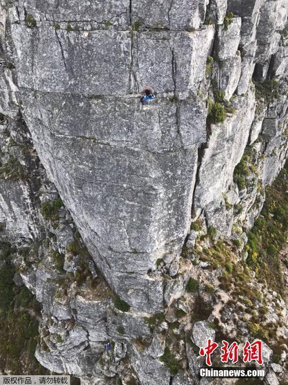 中国香港游客南非攀岩时身亡 800名游客滞留山顶