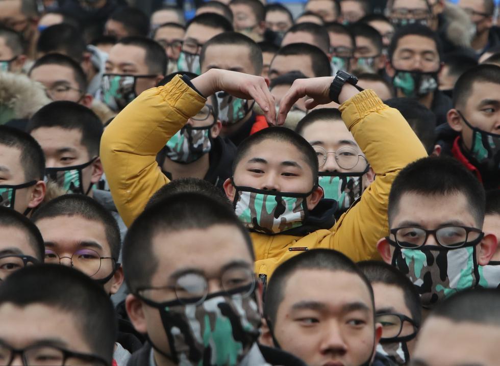 韩国新兵入伍 比心、跪地告别家人