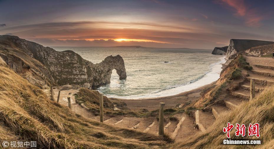 晚霞照耀英国海岸 绵长海岸线浪漫多姿