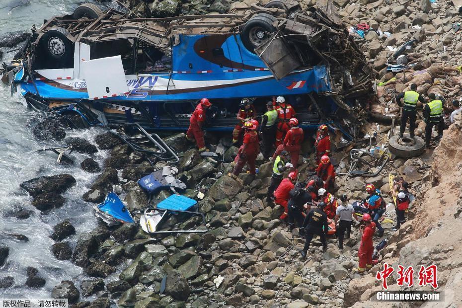 秘鲁一载有50余人大巴坠崖 至少25人死亡