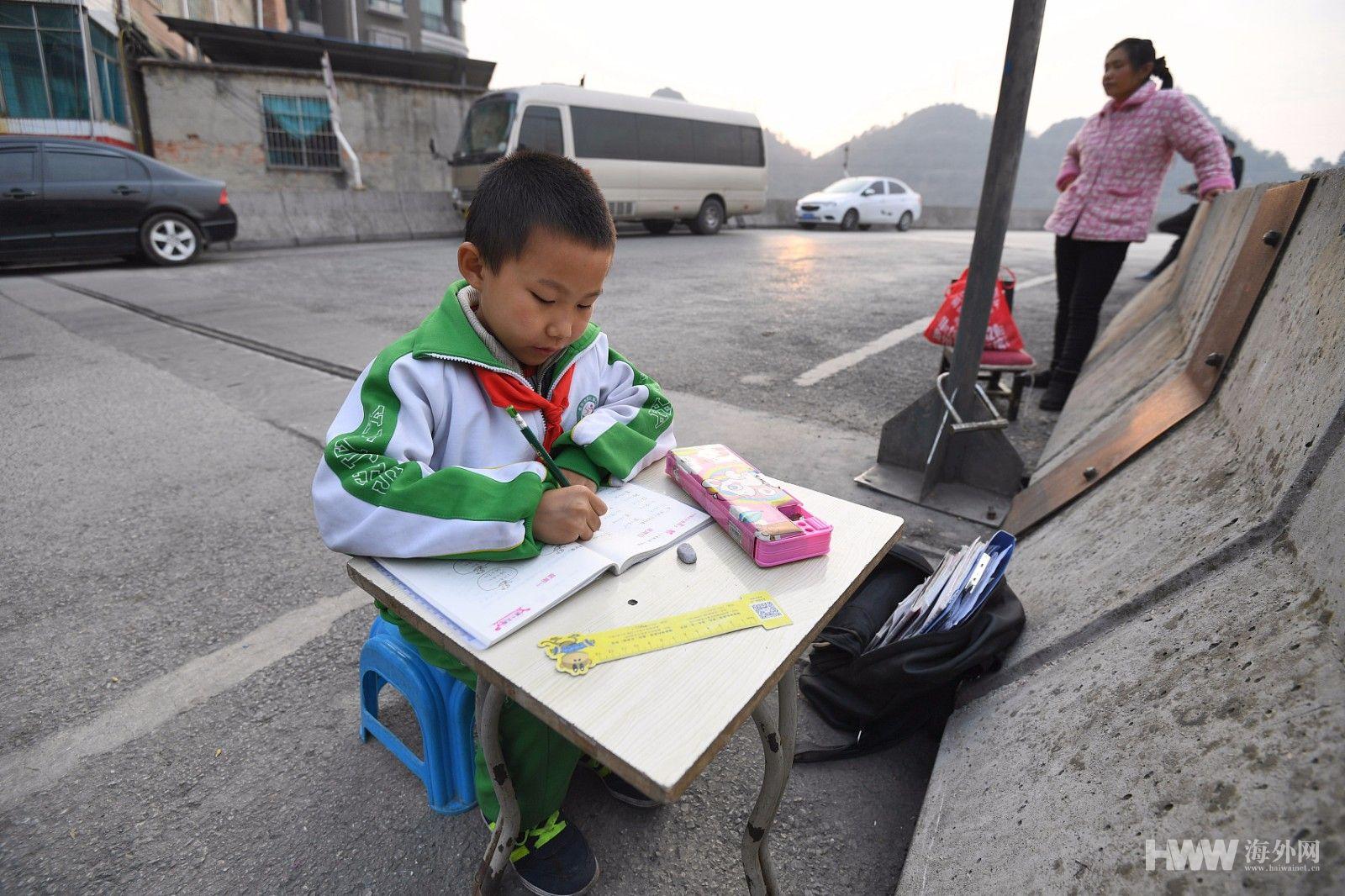 8岁男孩高架桥上写作业 新年渴望有盏台灯