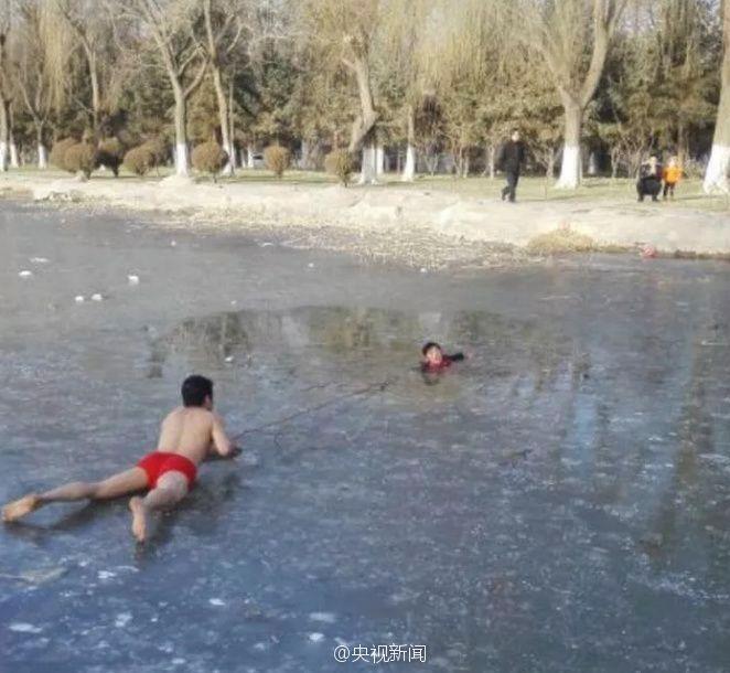 孩子坠入冰窟 村民冰上救援