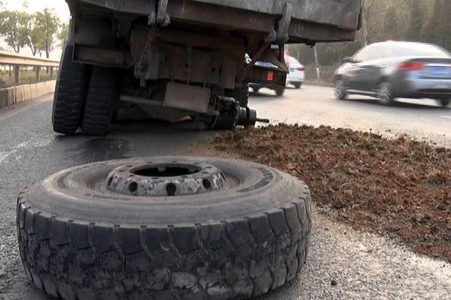 大货车超载致车轮开飞 司机:不超载不挣钱