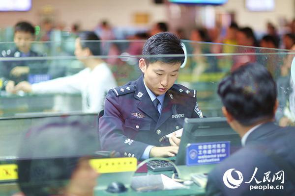 边检民警正查验收支境旅客。
