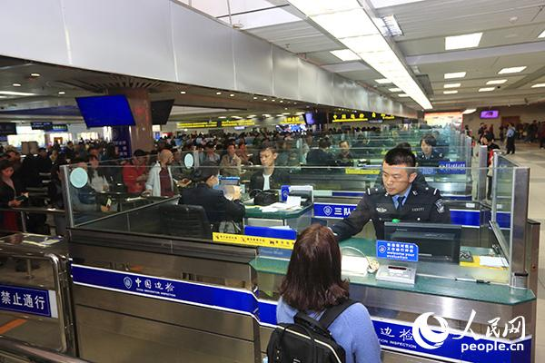 2018年元旦,珠海边检总站拱焙暇民警正尽力指导收支境客流(照相:杖佑恒)