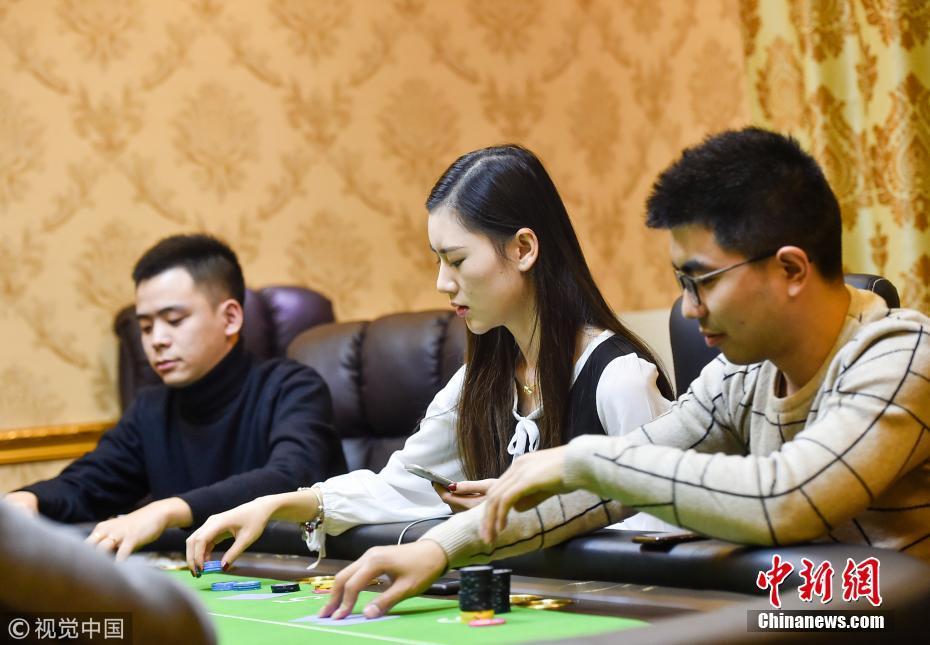 大二女生获德州扑克冠军 牌技与颜值并存