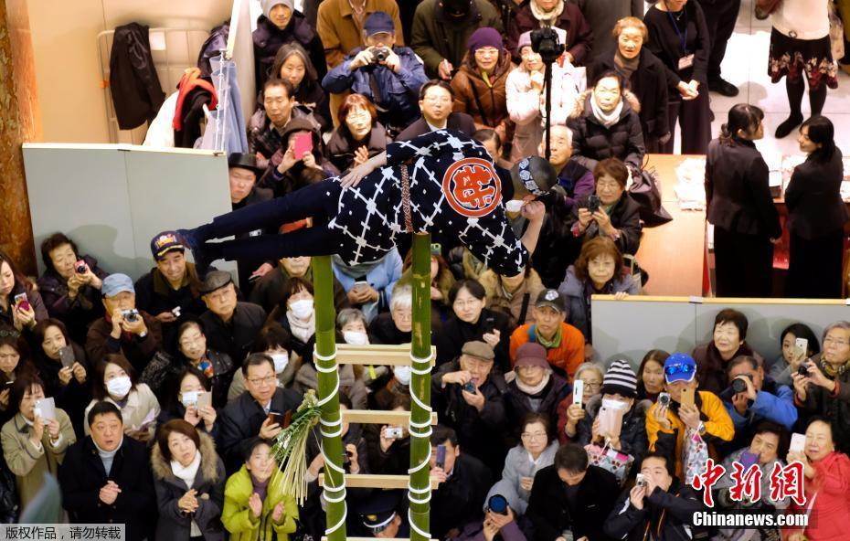 """攀竹梯玩杂耍 日本消防员""""耍杂技""""迎新年"""