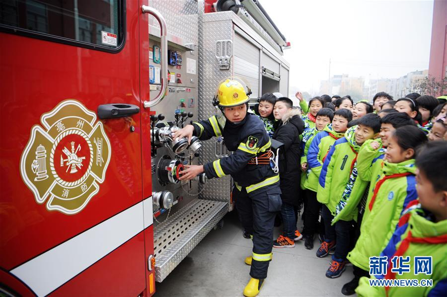 安徽亳州公安消防支队芍花路中队进校园普及消防知识