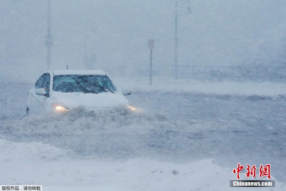 """美国马萨诸塞州遭暴风雪袭击 道路变""""冰河"""""""