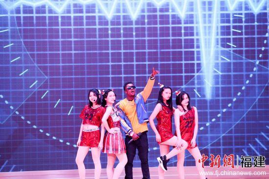 福州外语外贸学院留学生演唱歌曲《我可以》。邱汝泉 摄
