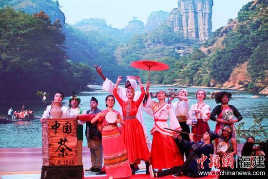 福修武夷学院的留学生学生外演舞蹈《丝道和韵》。邱汝泉 摄