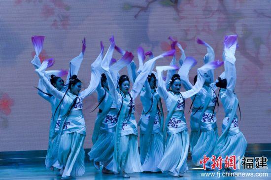 福州大学留学生外演舞蹈《采薇舞》。