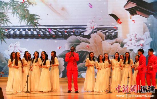 福修师范大学留学生小组唱《昨夜小楼又春风》。邱汝泉 摄