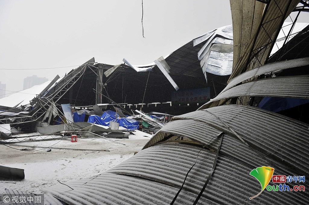 西安一批发市场大棚被积雪压塌 造成8人受伤