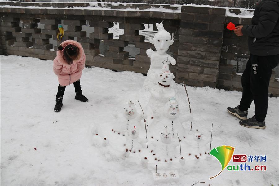 西安:市民堆出兵马俑雪人军团逗女儿开心