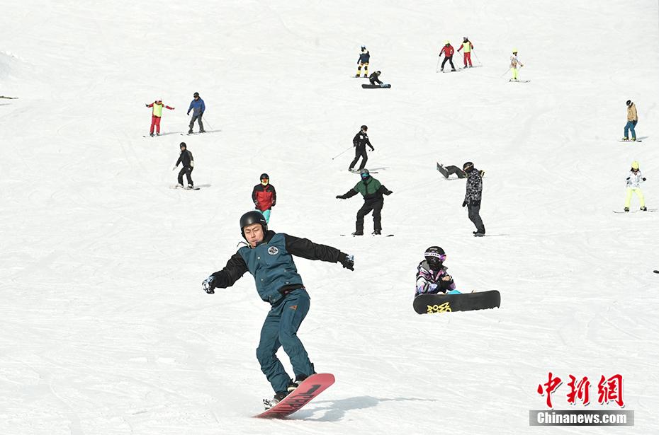 北京丰台启动欢乐冰雪季 民众滑雪场体验欢乐