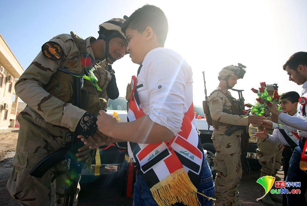 伊拉克庆祝建军节士兵获赠玫瑰 民众争相合影