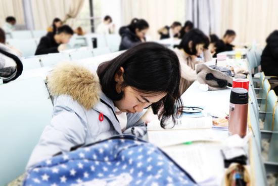 高校迎来期末考试周 大学生开始紧张复习