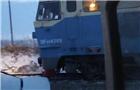 火车轿车剐碰 2死3伤