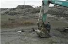 儿童陷淤泥 挖掘机营救