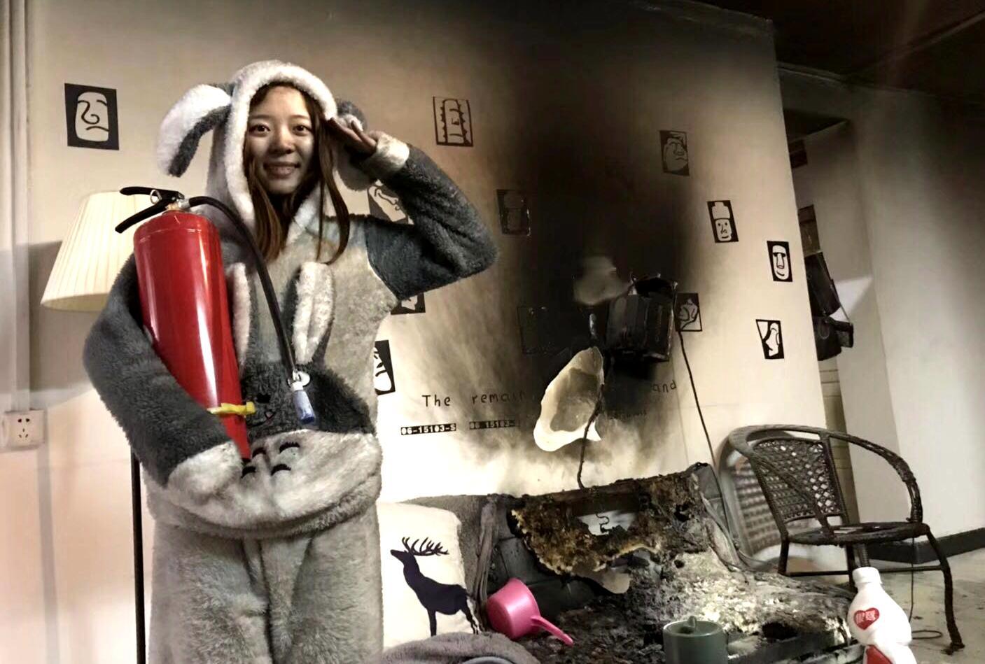 90后夫妻自家着火后 拍下这些照片