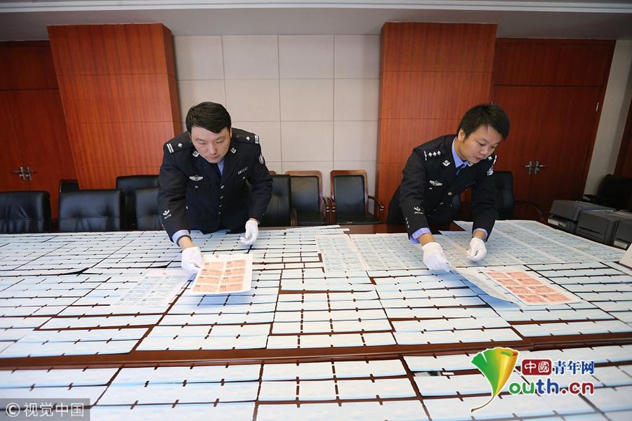 南京铁警破获特大假票制售案件 假票铺满会议桌