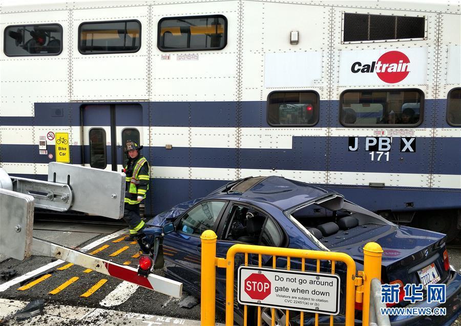 美国旧金山湾区加州铁路列车发生碰撞事故
