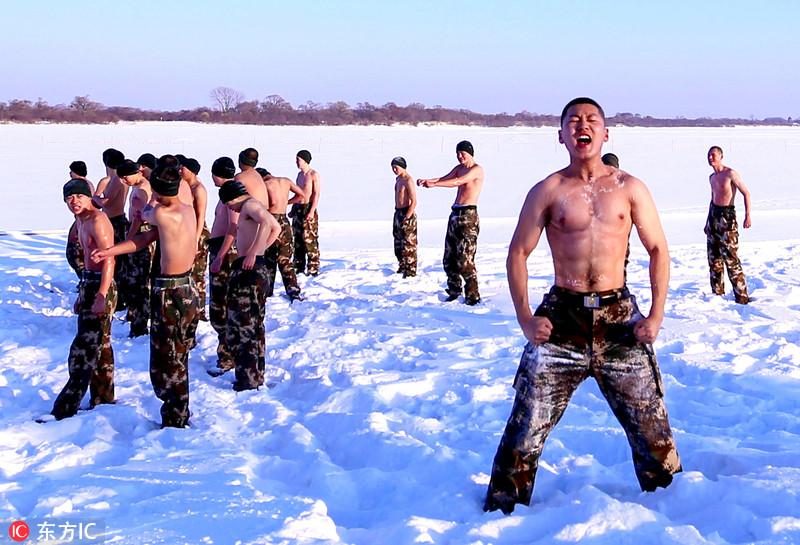 超燃! 边防武警零下30℃赤膊耐寒训练