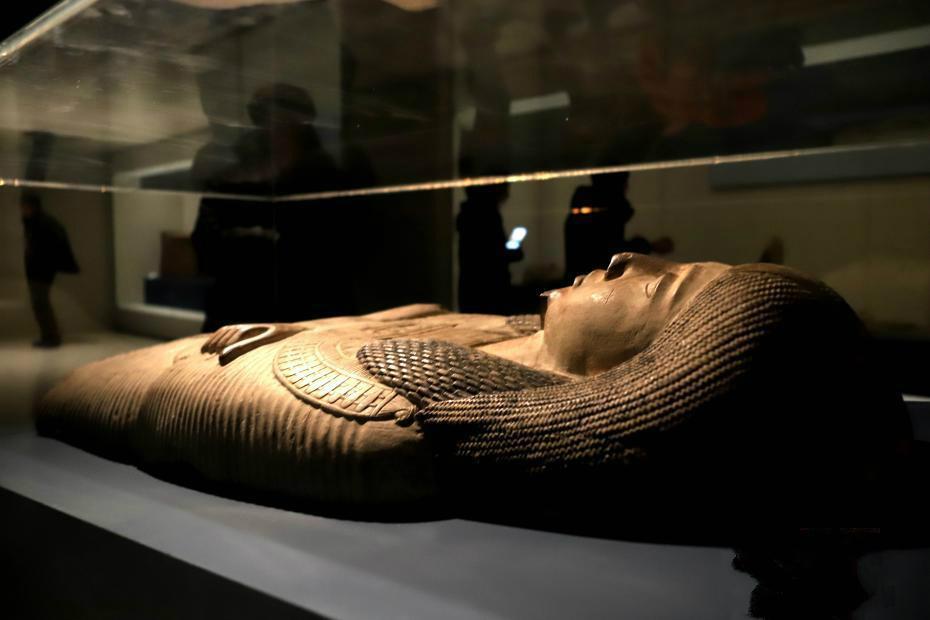 古埃及祭祀夫妻神像雕塑展出