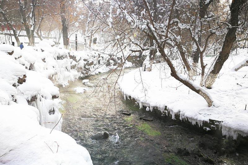 冬日水磨沟风景区山雪辉映