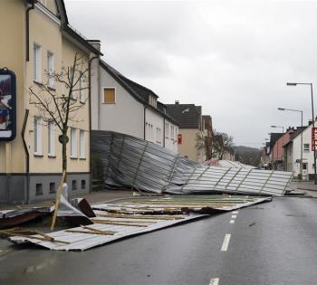 飓风袭击德国致多人死亡 全国铁路交通中断