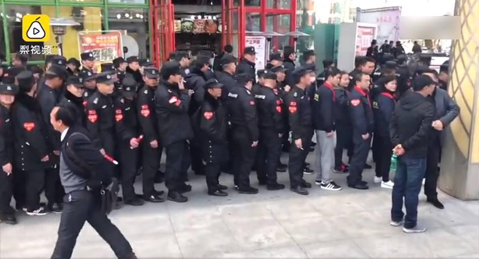 云南昆明:220名保安排队献血一幕