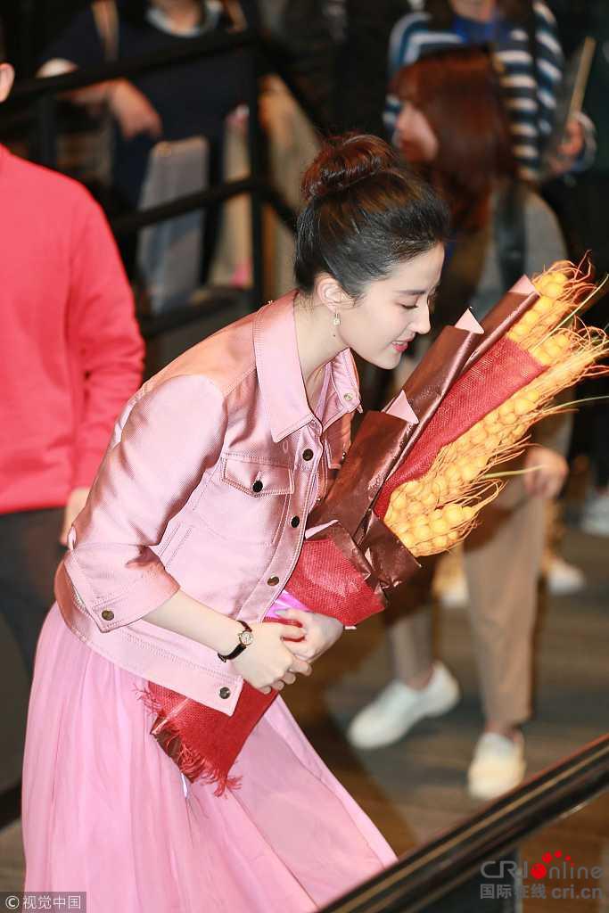天仙本人!刘亦菲粉裙现身手捧鲜花鞠躬致谢观众