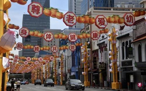 中国侨网有公众质疑牛车水装饰上的词汇,或不适用于新年贺词。(新加坡《联合早报》/陈思源 摄)