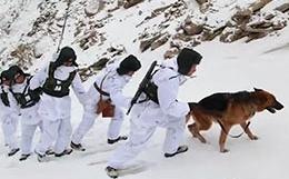 边防战士趟着深雪翻山巡逻