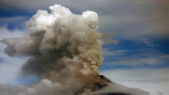 菲律宾马荣火山持续喷发