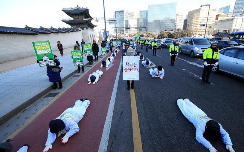 """韩公共运输""""临时工""""三步一拜游行 要求转正"""