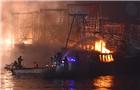渔船大火 3千人滞留岛屿