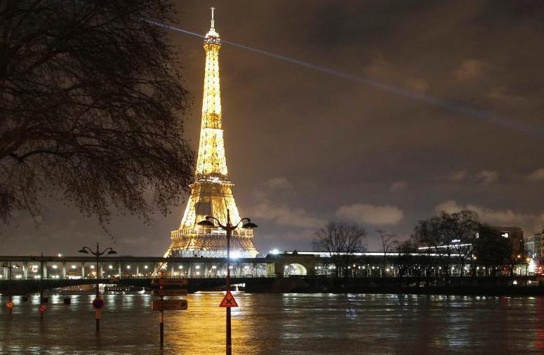 巴黎铁路被淹 法国秒变威尼斯市民借机垂钓取乐