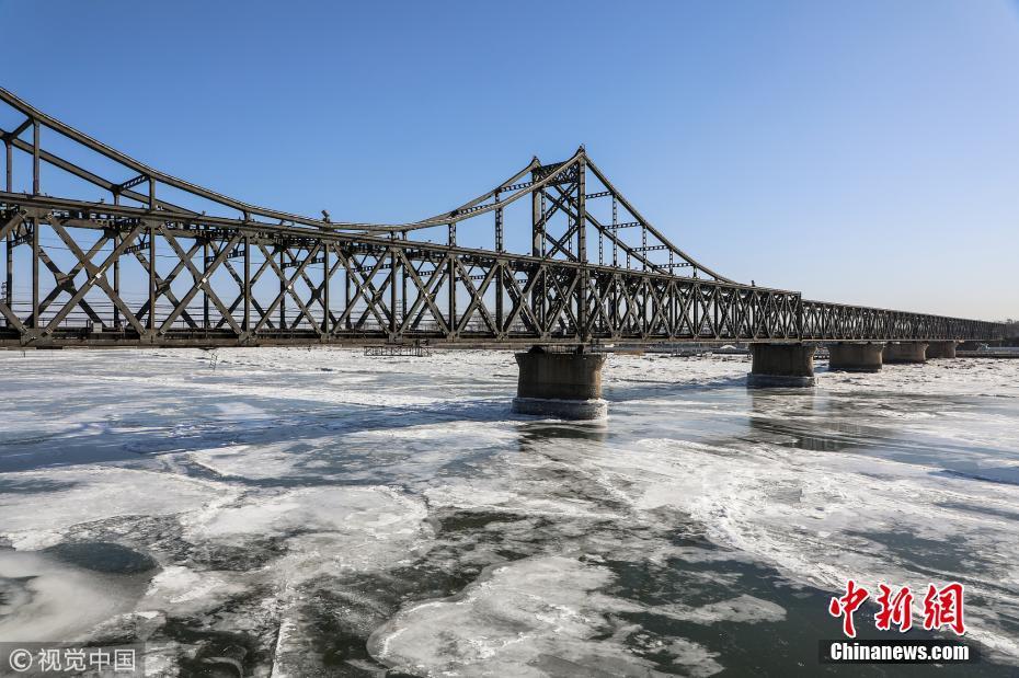 辽宁丹东鸭绿江现大面积冰封 海冰覆盖